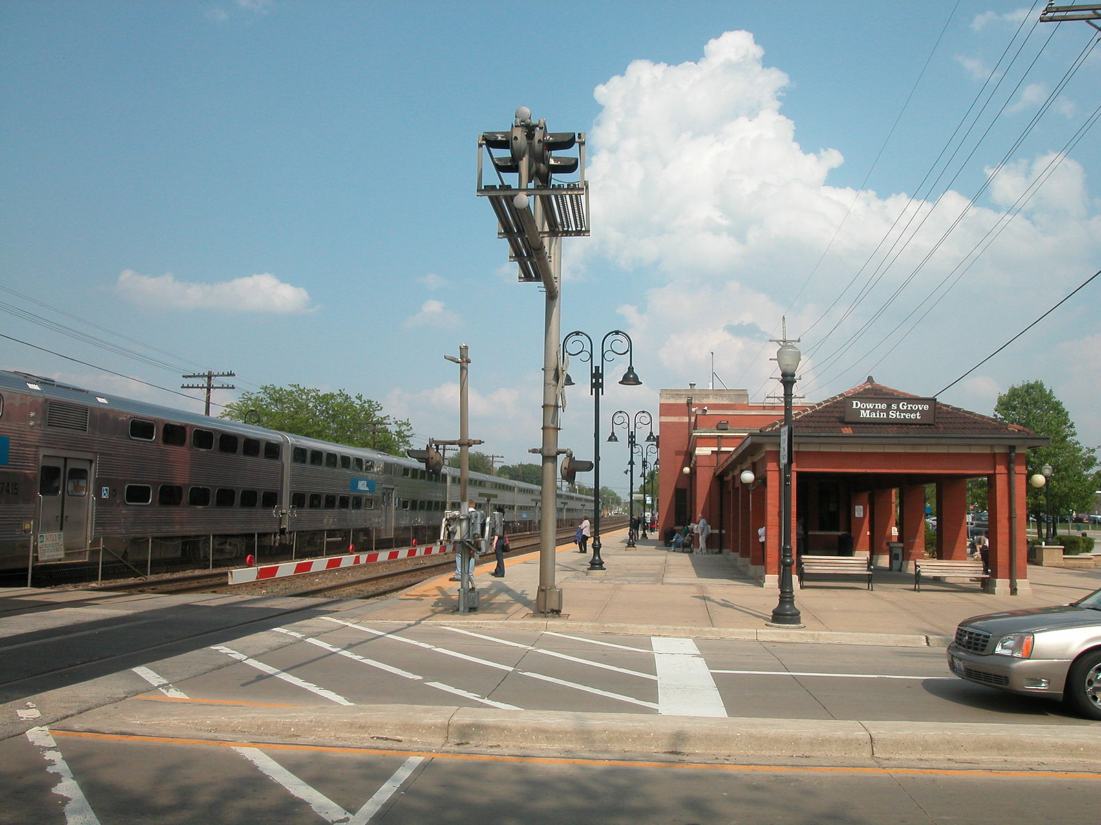 20040511_29_Metra_Downers_Grove,_IL